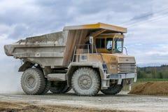 transporte Grande-amarillo de la producción de los camiones volquete de la mina de minerales Foto de archivo