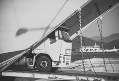 Transporte intercontinental A camionete de Argo, caminhão, kamion transporta bens ou artigos entre países internacional imagem de stock royalty free