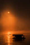 Transporte la casa y el barco en balsa con salida del sol en Sangklaburi, Tailandia Foto de archivo