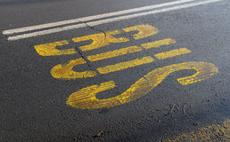 Transporte la muestra con la pintura amarilla el asfalto el 21 de enero de 2015 Imagenes de archivo