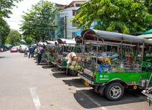 Transporte le légume en voiture de Tuk Tuk au marché de Pak Khlong Talat Photographie stock