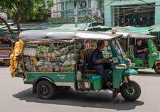 Transporte le légume en voiture de Tuk Tuk au marché de Pak Khlong Talat Photos stock