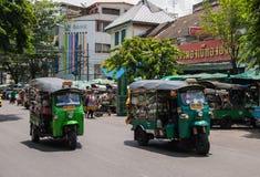 Transporte le légume en voiture de Tuk Tuk au marché de Pak Khlong Talat Photographie stock libre de droits