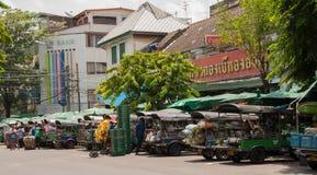 Transporte le légume en voiture de Tuk Tuk chez Pak Khlong Talat Photographie stock