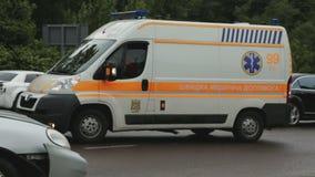 Transporte médico que lleva a víctimas heridas del accidente de tráfico al hospital, atención sanitaria almacen de metraje de vídeo