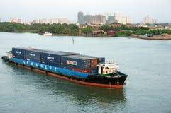 Transporte marítimo carregando o recipiente no rio Foto de Stock