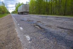 Transporte mover sobre uma estrada quebrada com caldeirões imagem de stock royalty free
