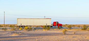 Transporte na estrada 8 no nascer do sol Imagens de Stock