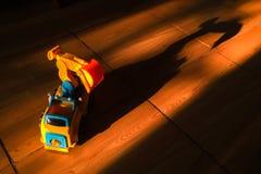 Transporte o brinquedo do carro e sua sombra escura do pesadelo Imagens de Stock Royalty Free