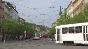 Transporte o tráfego na rua de Jostova, dia de mola Brno, república checa vídeos de arquivo