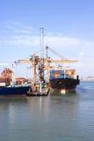 Transporte público, cargando en el puerto Fotografía de archivo