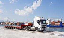 Transporte público, cargando en el puerto Imágenes de archivo libres de regalías