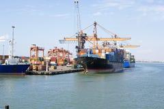 Transporte público, cargando en el puerto Foto de archivo