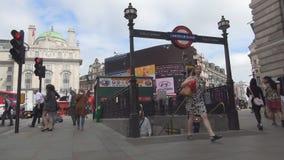 Transporte público de la entrada subterráneo de la estación de metro de Londres Piccadilly Circus almacen de metraje de vídeo