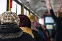 Transporte público del invierno foto de archivo