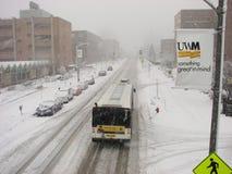 Transporte público na tempestade das nevadas fortes em UWM Imagem de Stock Royalty Free
