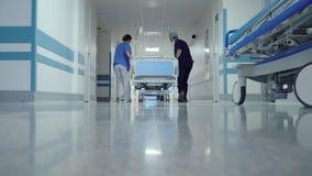 Transporte paciente en el vestíbulo del hospital almacen de metraje de vídeo