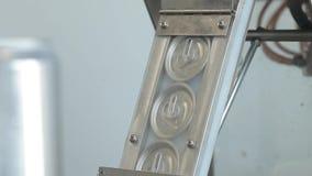 Transporte para latas de alumínio de enchimento As tampas para as latas de alumínio movem-se ao longo do transporte vídeos de arquivo