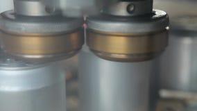 Transporte para latas de alumínio de enchimento O prendedor automático cobre as latas de alumínio Fim acima video estoque