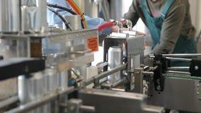 Transporte para latas de alumínio de enchimento Os bancos estão movendo-se ao longo da correia transportadora, e a máquina está l filme