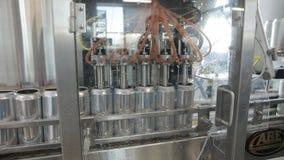 Transporte para latas de alumínio de enchimento Os bancos estão movendo-se ao longo de uma correia transportadora e a máquina der vídeos de arquivo