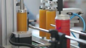 Transporte para latas de alumínio de enchimento Os bancos movem-se ao longo do transporte e a máquina cola etiquetas neles filme