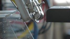 Transporte para latas de alumínio de enchimento Os bancos movem-se ao longo do transporte e a máquina fecha as tampas nas latas video estoque