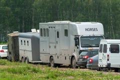 Transporte para los caballos con el remolque Foto de archivo libre de regalías