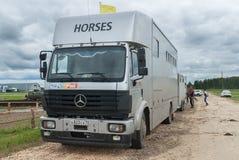 Transporte para los caballos con el remolque Imagenes de archivo