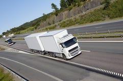 Transporte por caminhão na estrada ocupada Fotos de Stock