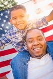 Transporte por ferrocarril afroamericano del hijo del padre y de la raza mixta con Ameri fotos de archivo libres de regalías
