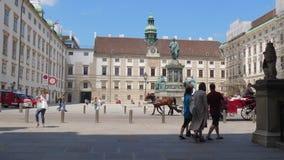 Transporte puxado por cavalos com os turistas no fundo do monumento de Kaiser Franz mim e objetos arquitetónicos da cidade velha vídeos de arquivo