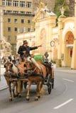 Transporte que passa pelo pferdeschwemme Salzburg Áustria Fotografia de Stock