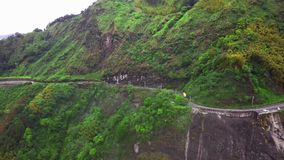 Transporte que se mueve a lo largo de enrollar a Serpentine Mountain Road curvada en parque nacional de la garganta de Taroko en  metrajes