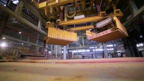 Transporte que trabalha em uma fábrica, bens de montagem do robô industrial, tijolos video estoque
