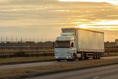 Transporte rodoviário, caminhão na estrada imagem de stock royalty free