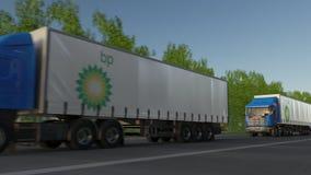Transporte semi caminhões com o logotipo de BP que conduz ao longo da estrada de floresta Rendição 3D editorial Imagens de Stock