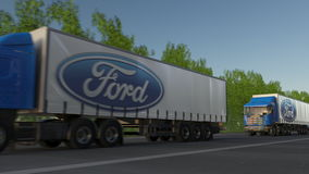 Transporte semi caminhões com o logotipo de Ford Motor Company que conduz ao longo da estrada de floresta Rendição 3D editorial Imagens de Stock Royalty Free