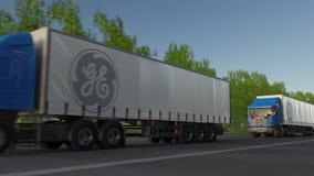 Transporte semi caminhões com o logotipo de General Electric que conduz ao longo da estrada de floresta Rendição 3D editorial Imagens de Stock Royalty Free
