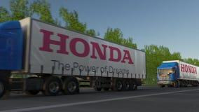 Transporte semi caminhões com o logotipo de Honda que conduz ao longo da estrada de floresta Rendição 3D editorial Foto de Stock Royalty Free