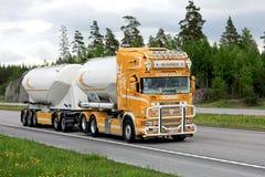 Transporte super do caminhão de tanque de Scania R164 Fotografia de Stock