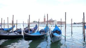 Transporte tradicional del agua con el gondolero en la opinión amarrada San Giorgio Maggiore en el mar adriático