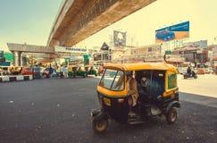 Transporte tradicional indio - derribo del autorickshaw debajo del puente concreto Imágenes de archivo libres de regalías