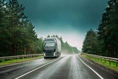 Transporte a unidade do trator, prima - motor, unidade da tração no movimento na estrada fotos de stock