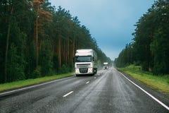 Transporte a unidade do trator, prima - motor, unidade da tração no movimento na estrada imagens de stock royalty free