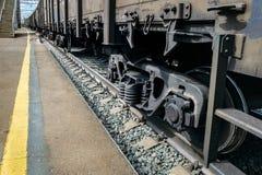 Transporte vagões com carga nos trilhos perto da plataforma Imagens de Stock