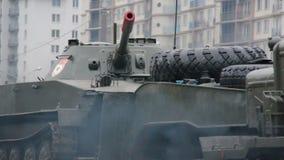 Transporte veículos blindados de transporte de pessoal, tanques, equipamento militar na máquina filme