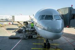Transporte y concepto logístico en avión Aeroplano con el puente del aeropuerto, puente del jet donde los pasajeros conectan con  foto de archivo libre de regalías