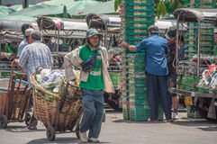 Transporten groente bij Pak Khlong Talat-markt Stock Afbeelding