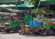 Transporten groente bij Pak Khlong Talat-markt Stock Foto